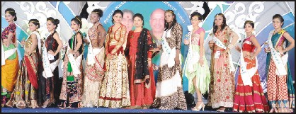Pallavi Ravishankar (sixth from right) is seen with the contestants and the show-stopper Chandhana S. Ghanavi (sixth from left).