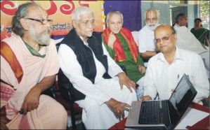 Sanskrit scholar Bannanje Govindacharya is seen launching the website as Prof. Bhashyam Swamiji, Vid. Seshadri, Vid. H.M. Shingappa and Sudharma editor K.V. Sampath Kumar look on.