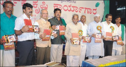 Natural farming proponent Subhash Palekar (fifth from left) is seen releasing the books as Natural Farming Convener Prasanna Murthy, Janachethana Trust President Prasanna N. Gowda, Kuvempu University former VC Dr. Chidananda Gowda, MLA Puttanaiah, former Speaker Dr. Krishna, Naisargika Krushi Andolana President D.R. Patil, author Raju B. Kannali, Natural Farmer Bannur Krishnappa and KRRS & Hasiru Sene General Secretary Badagalapura Nagendra look on.