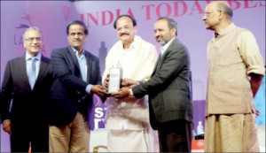 Mayor R. Lingappa and Dr. C.G. Betsurmath seen receiving the 'Best City' award from Urban Development Minister Venkaiah Naidu while the founder-publisher and editor-in-chief of India Today Aroon Purie (extreme left), and India Today editorial adviser Shekhar Gupta (extreme right) look on.