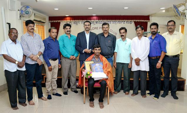 Chandrahasa Charmadi after receiving the Padyana Gopalakrishna Memorial Award 2015 in Mangaluru on Tuesday.— Photo: By Special Arrangement