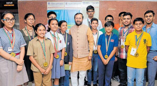 Union HRD Minister Prakash Javadekar with Shrishti Kulkarni (third from the left in front row, wearing a brown shirt and trousers), Joel Tony (in blue jeans and white shirt, next to the minister) and other winners of a national-level science contest in New Delhi. PIB